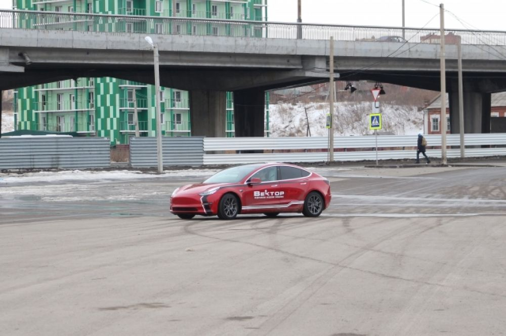Тест-драйв Tesla на парковке.