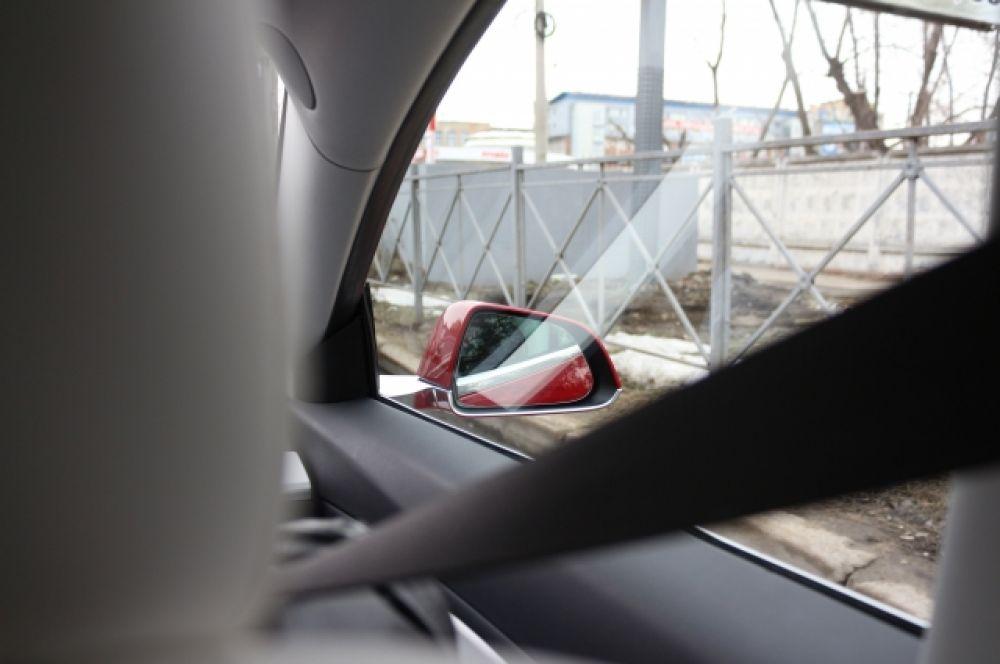 Tesla - непривычное явление на городских магистралях.