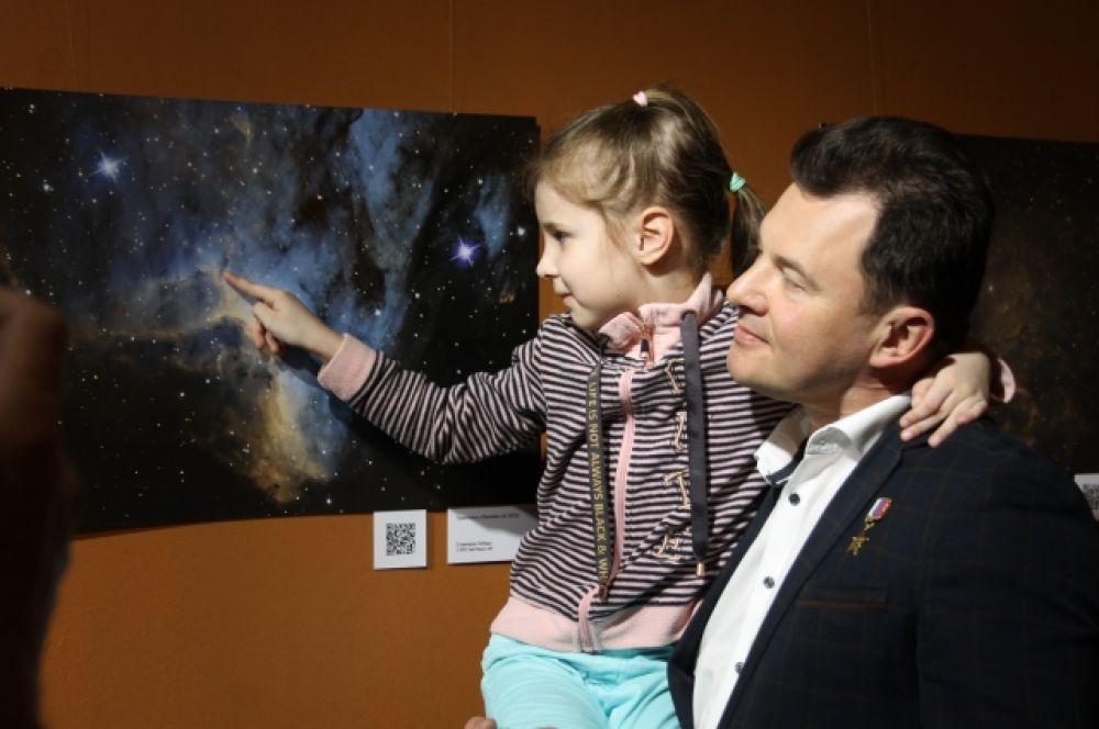 На руках у космонавта Романа Романенко.