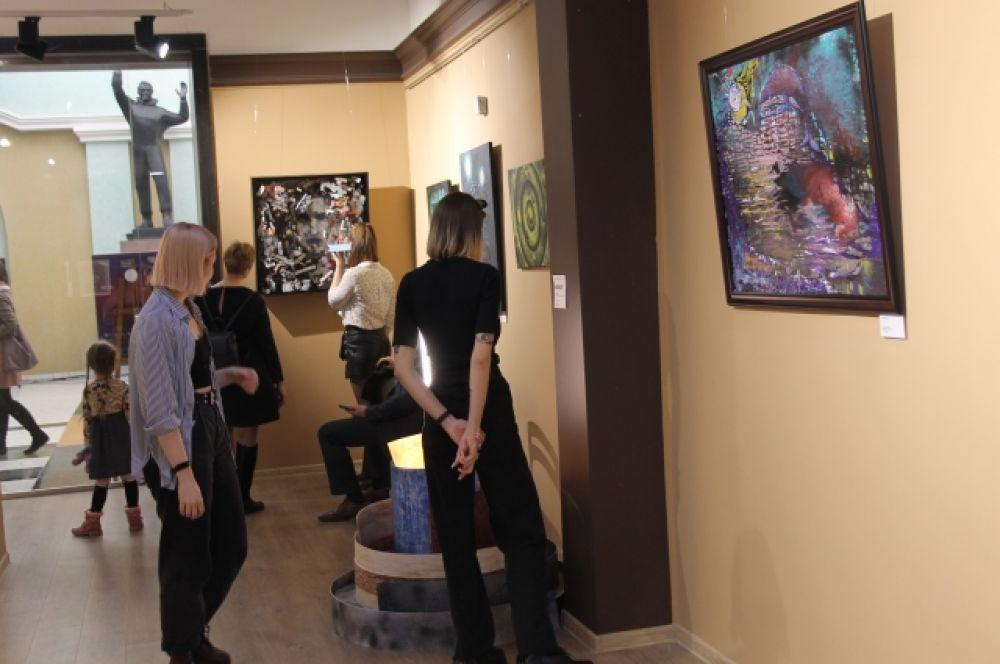 Интересный проект – всероссийская выставка картин и инсталляций молодых художников из Оренбурга, Саратова, Екатеринбурга, Перми.