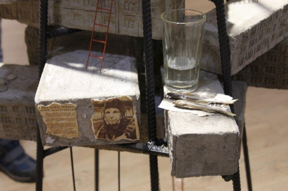 Детали инсталляции ассоциируются с тем временем, когда жил Юрий Гагарин.