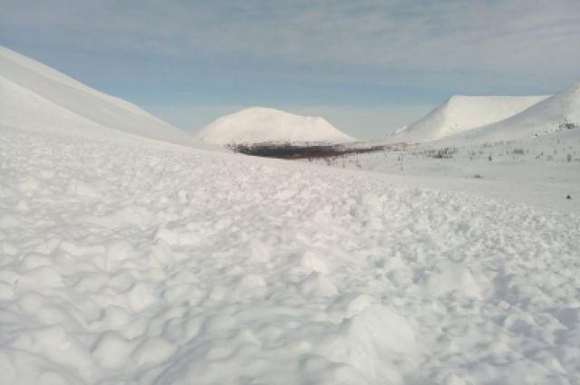 Снежный покров накрыл группу из трёх туристов, выбрался только один.