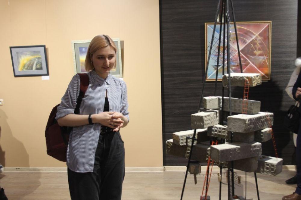 Инсталляция под названием «Сквозь» студентки кафедры дизайна ОГУ Екатерины Руденко рассказывает о том, как советский человек преодолевает условия жизни, трудности, мелочи и отправляется в космос.