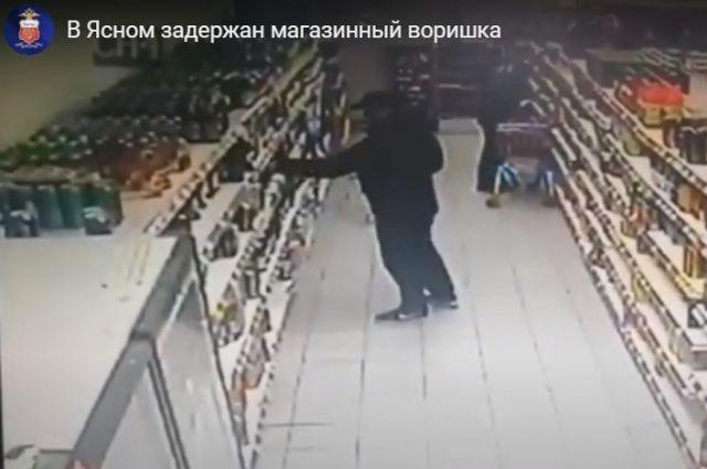 В магазине в Ясном произошла кража картошки и алкоголя.