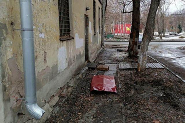 В Самаре упавший с крыши кусок кровли оторвал мужчине кисть руки