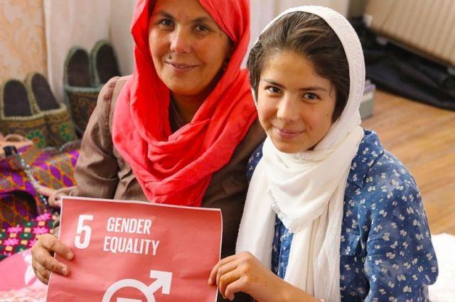 Бизнесвумен с дочкой в Афганистане управляет компанией