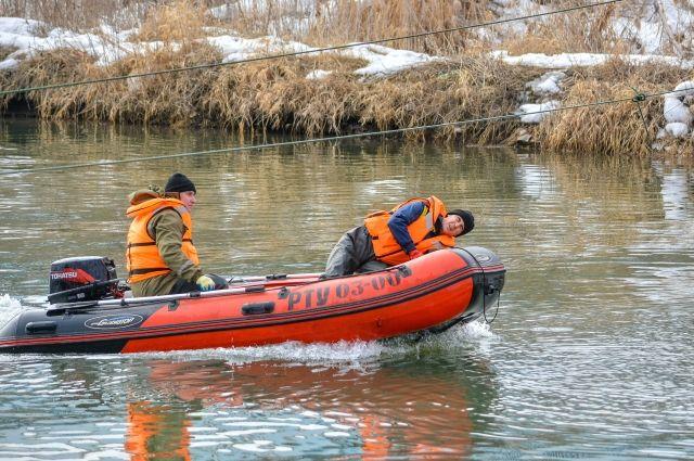 На помощь жителям подтопленных домов выехали спасатели.