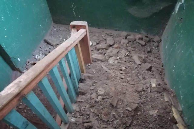 Жители аварийного дома рискуют оказаться под завалами.