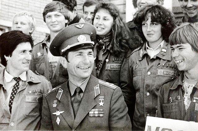 Юрий Малышев среди земляков-стройотрядовцев. Начало 80-х.