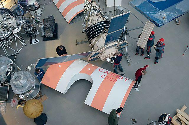 Эксклюзивные кадры с подготовки экспонатов к открытию второй очереди музея космонавтики к 12 апреля.