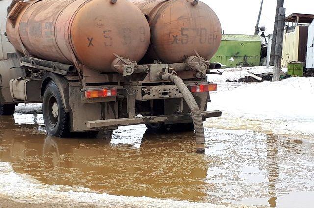 Тюменцы оказались в плену потопа в микрорайоне Казарово