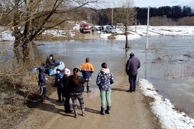 Некоторые сельчане остались без дороги, другие пытаются спасать жилье из-за внезапно появившейся воды.