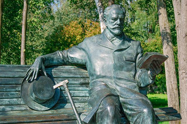 Cкульптура Петра Чайковского в парке возле музея. Клин, Московская область.