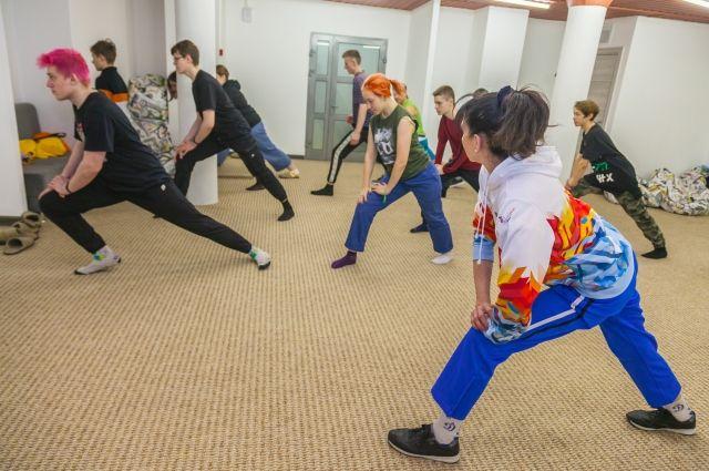 6 апреля в Международный день спорта Новосибирск присоединился к всероссийской акции Центра корпоративного волонтерства DaDobro «Зарядка со звездой».