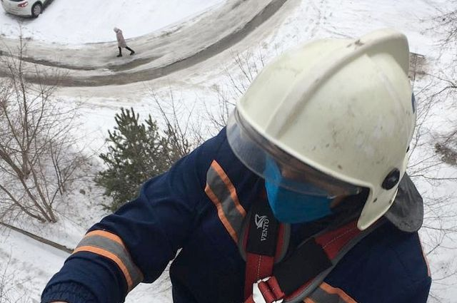 Вчера, 7 апреля, мужчина взобрался на крышу 17-этажного дома в Кировском районе Новосибирска. Ему понадобилась помощь спасателей.