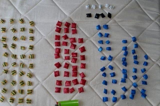 В Оренбурге полицейские задержали молодых людей, хранящих наркотики в крупном размере.