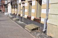 Сейчас в некоторых домах Владикавказа световые окна выглядят так. Хорошо, что не убрали, но поликарбонатные навесы портят исторический фасад.