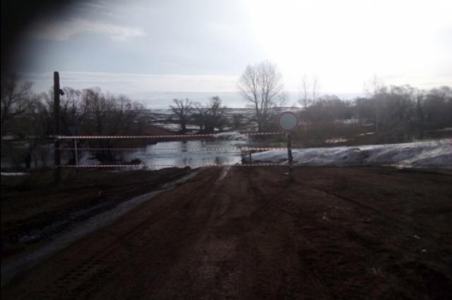 В связи с переливом воды над мостом в Оренбуржье «отрезано» село Боголюбовка.