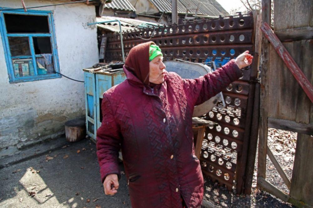 Местная жительница из села Васильевка Донецкой области расказывает о повреждениях в своем доме, пострадавшем в результате обстрела. Село Васильевка было обесточено в результате обстрела. В результате повреждения линии электропередачи без электроснабжения осталось около двухсот абонентов.