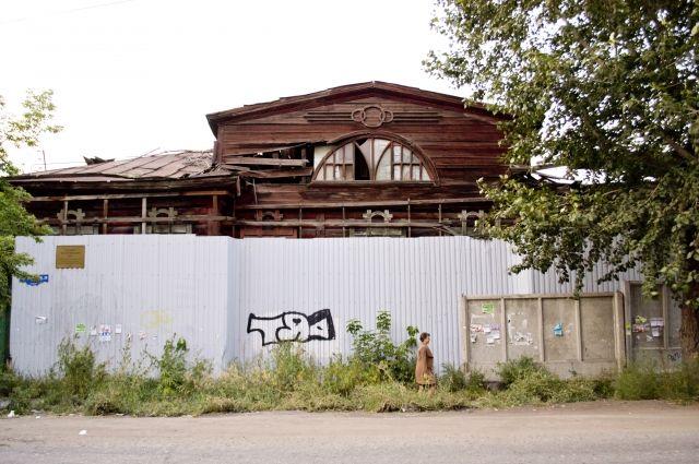 Дом врача Шершевского 1910 года постройки на ул. Красных Зорь много лет выглядит как руины.