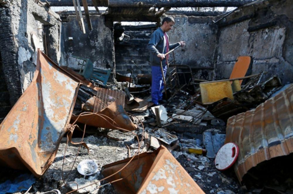 48-летний местный житель Роман на руинах своего дома, разрушенного во время конфликта между вооруженными силами Донецкой Народной Республики и войсками Украины в Донецке.