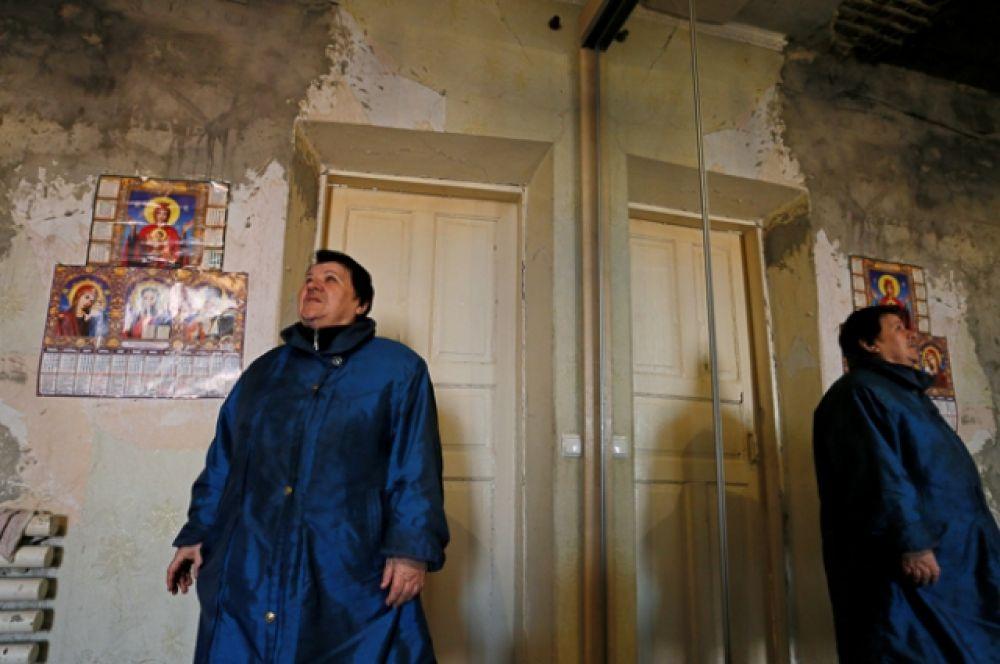 71-летняя местная жительница Светлана Липешина показывает свой дом, поврежденный во время военного конфликта между армией Донецкой Народной Республики и украинскими военными в Донецке.