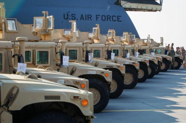 Самолет ВВС США привез партию американских бронированных автомобилей HMMWV на Украину.