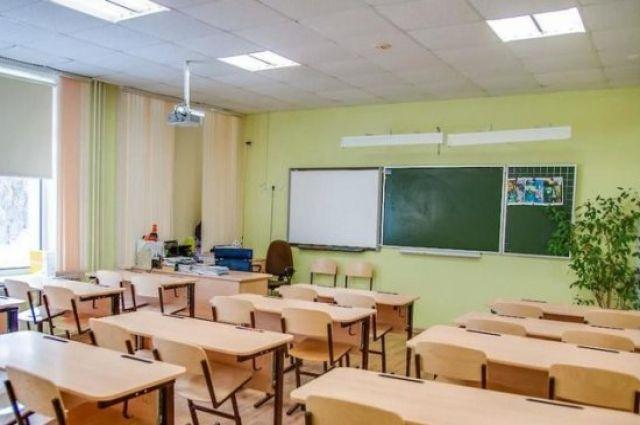 В Киеве приостановили прием первоклассников в школы.