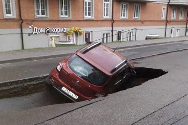 «Водоканал» возместил ущерб за провал автомобиля на Тенистой Аллее