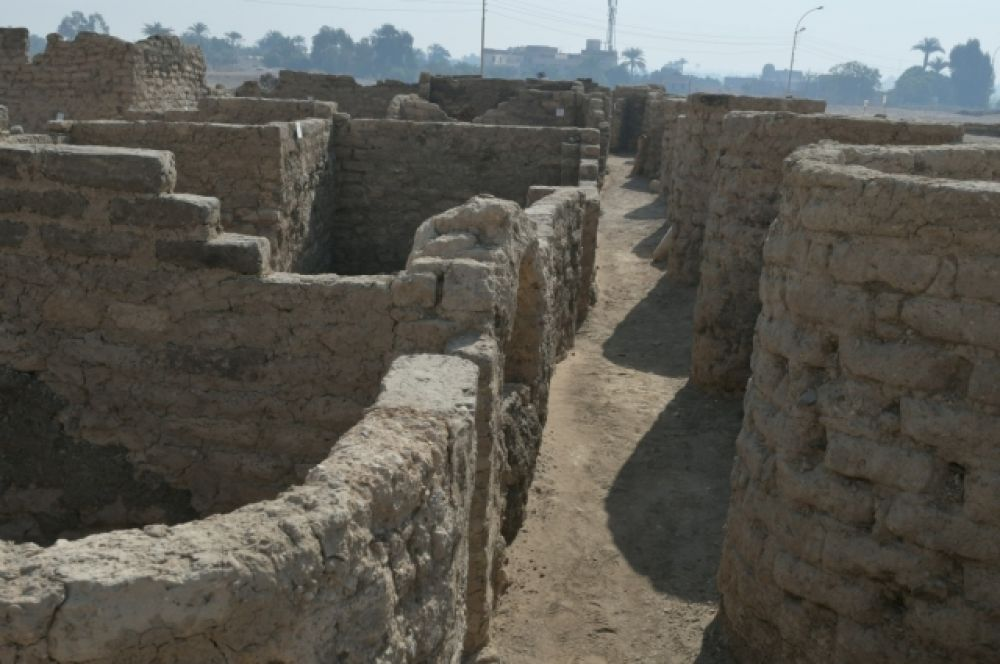 На улицах Золотого города сохранились дома, высота некоторых стен составляет порядка 3 м.