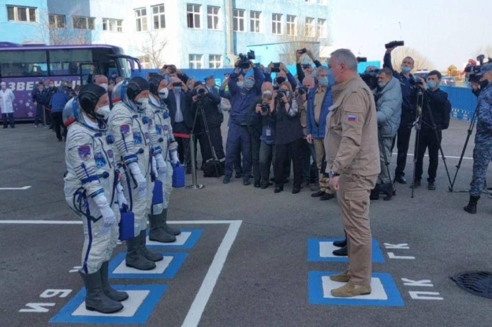 Генеральный директор госкорпорации «Роскосмос» Дмитрий Рогозин (справа) и члены основного экипажа МКС-65 космонавты Роскосмоса Пётр Дубров, Олег Новицкий и астронавт НАСА Марк Ванде Хай.