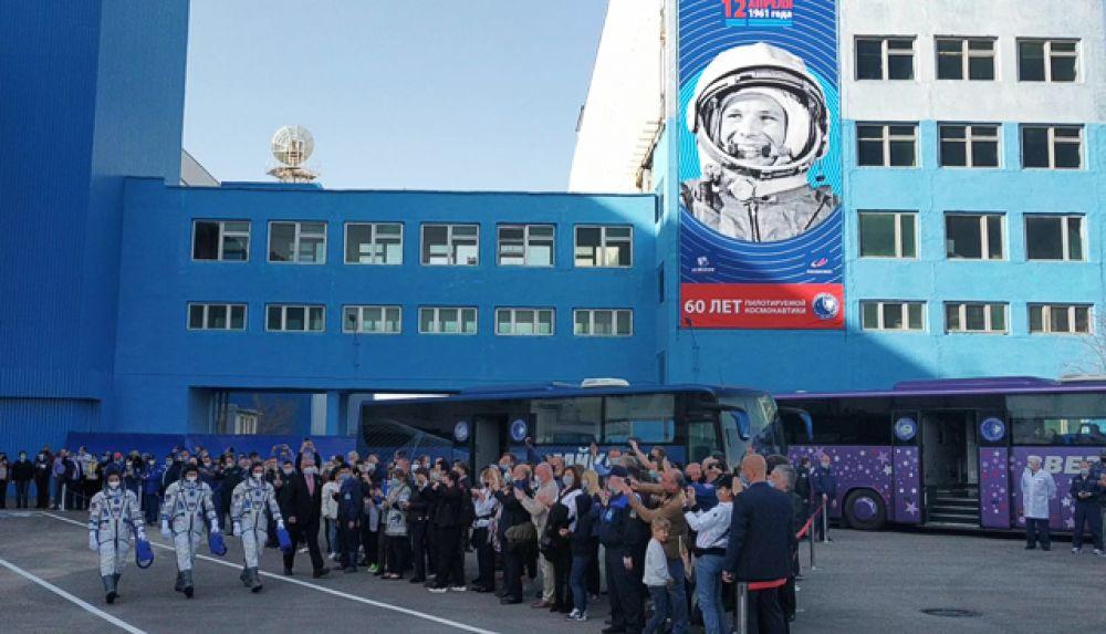Члены основного экипажа МКС-65 астронавт НАСА Марк Ванде Хай, космонавты Роскосмоса Олег Новицкий и Пётр Дубров.