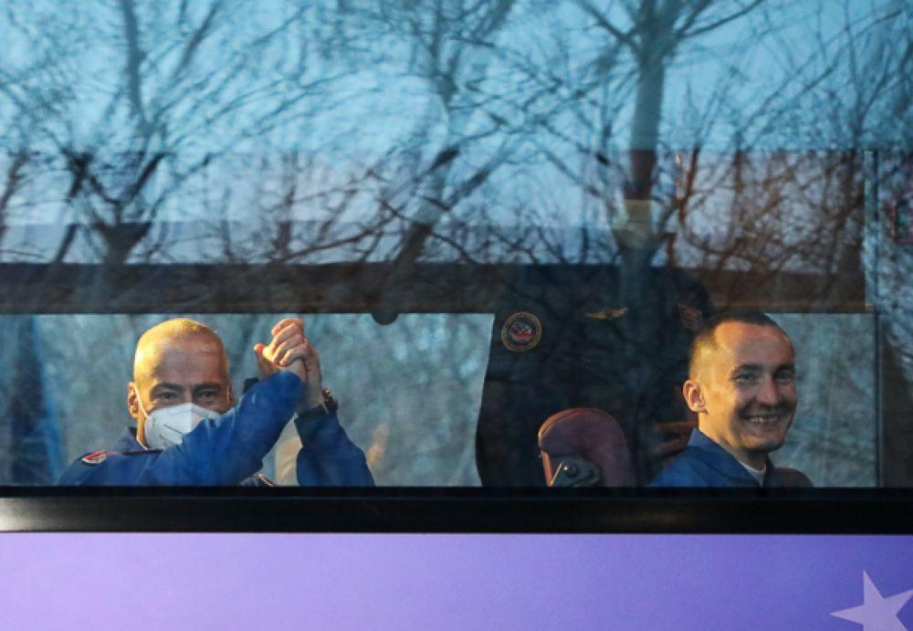 Члены основного экипажа МКС-65 астронавт НАСА Марк Ванде Хай, космонавты Роскосмоса Олег Новицкий и Пётр Дубров (слева направо) в автобусе перед запуском пилотируемого корабля.