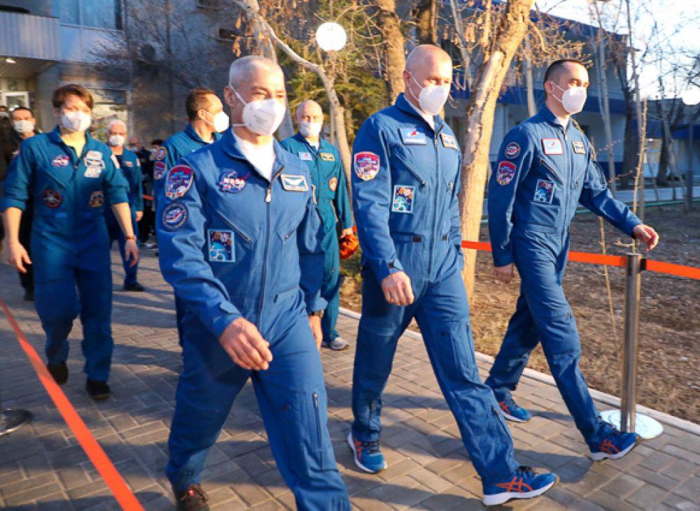 Члены основного экипажа МКС-65 астронавт НАСА Марк Ванде Хай, космонавты Роскосмоса Олег Новицкий и Пётр Дубров (слева направо).