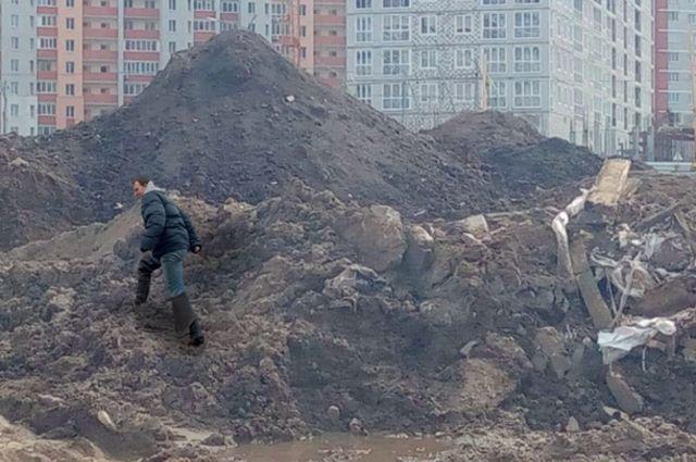К жилому дому на Войстроченко полгода назад свезли грунт, срезанный при строительстве дороги на соседней улице Горбатова, где теперь провалились тротуары.