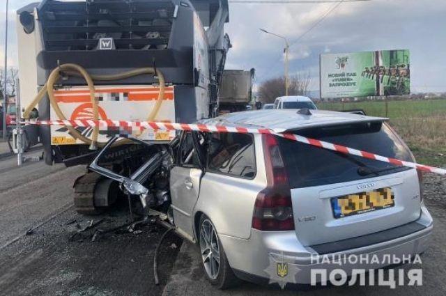 В Закарпатской области автомобиль врезался в спецтехнику: есть жертвы.
