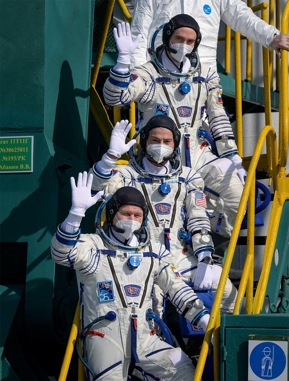 Космонавты поднимаются в ракету.