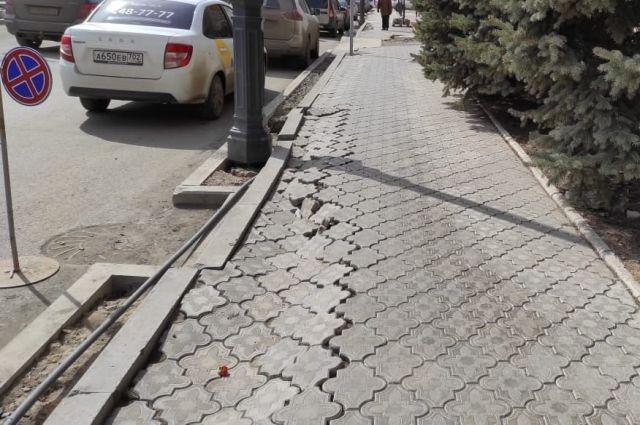 В Оренбурге на проспекте Победы меняют провалившуюся плитку, уложенную в прошлом году.