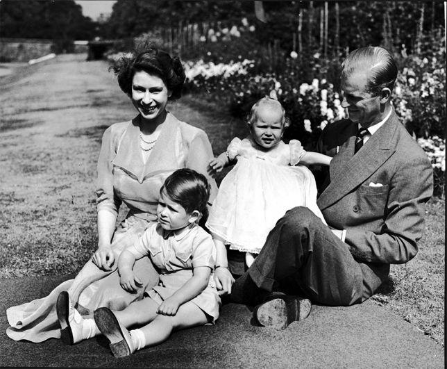 На прогулке с принцем Чарльзом и принцессой Анной, 1951 год.