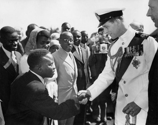 Герцог Эдинбургский приветствует людей во время своего визита в Кению. 1952 год.