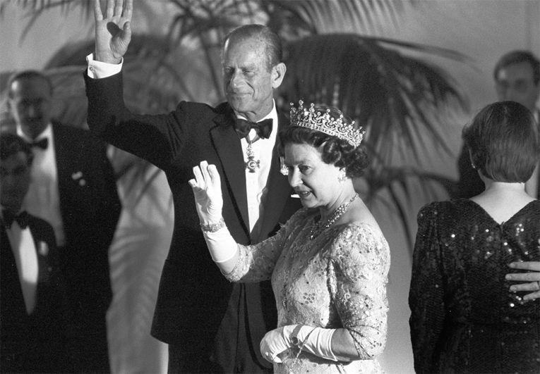 Королева Елизавета II и принц Филипп, герцог Эдинбургский, на приеме в замке Шарлоттенбург 26 мая 1987 года. Британская королева и ее муж находились в Берлине с двухдневным визитом по случаю 750-летия Берлина.