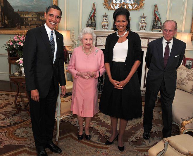 Президент США Барак Обама, его жена Мишель, королева Елизавета II и герцог Эдинбургский во время аудиенции в Букингемском дворце в Лондоне. 2009 год.