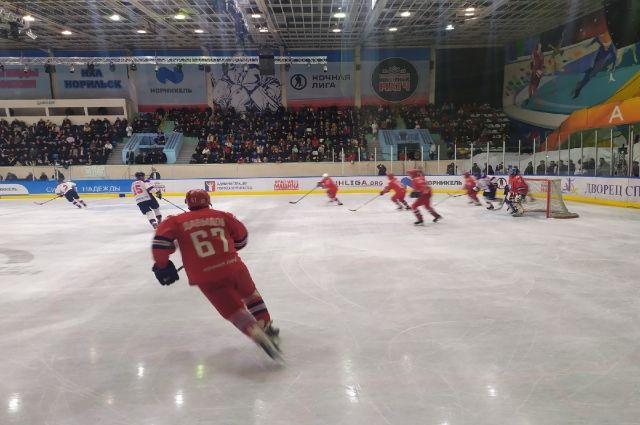 Легенды хоккея одержали победу над командой города.