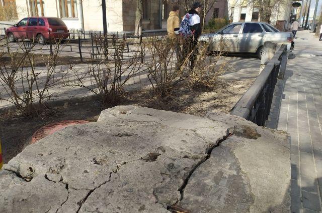 Бетонные элементы ограды вокруг сквера на ул. Орджоникидзе сделаны из могильных плит.