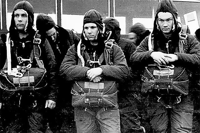 Юрий Гагарин (в центре кадра) на парашютной подготовке в Энгельсе. 1960 г.