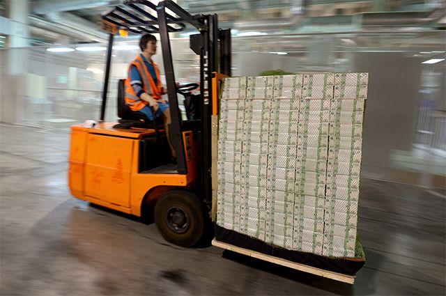 Прекращать печатать бумажные деньги центробанки пока не собираются.