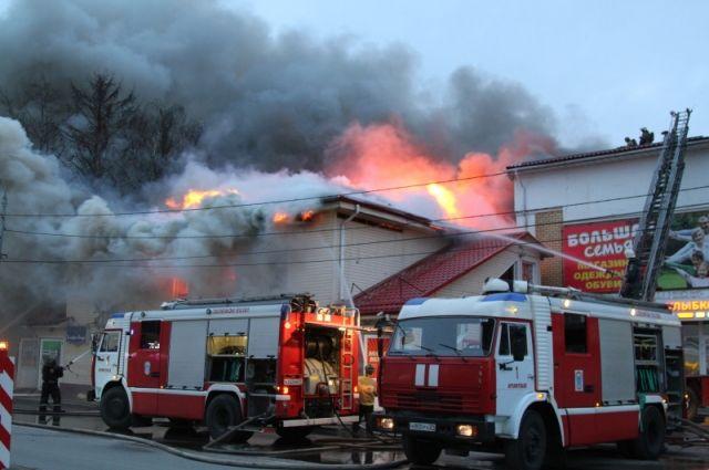 Пожарные не дали огню перекинуться на соседний торговый центр.