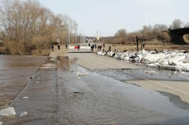 Обвал 20 квадратных метров дорожного полотна моста произошел из-за подмытия паводковыми водами правого берега.