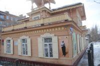 Красивый особняк с мезонином стоит в историческом центре Омска.