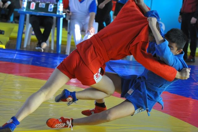 Схватки юных самбистов проходили сразу на трёх коврах стадиона
